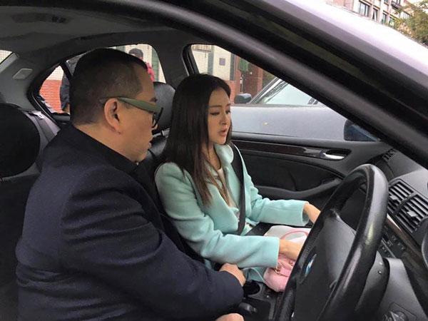 Âu Dương Chấn Hoa và Hoa hậu Hồng Kông may mắn thoát chết khỏi tai nạn rơi búa - Ảnh 1.