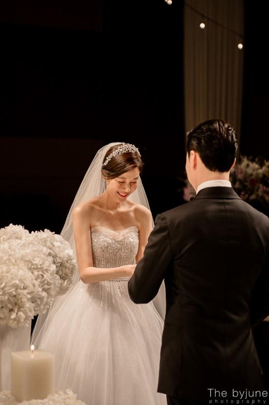 Ngắm loạt ảnh cô dâu Kim Ha Neul đẹp lung linh trong ngày cưới - Ảnh 1.