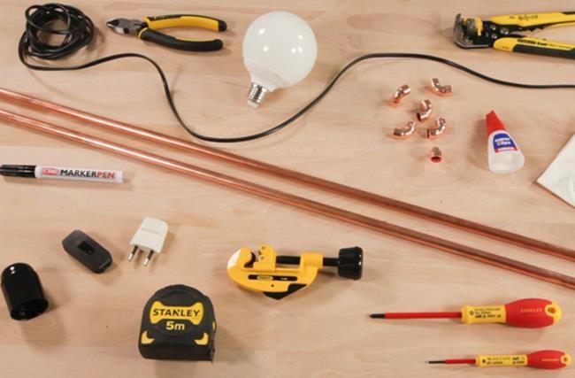 Tự lắp đèn bàn hiện đại chỉ với một thanh đồng - Ảnh 1.
