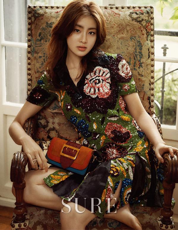 Suzy đã đủ độ chín để đọ độ gợi cảm với đàn chị trên tạp chí - Ảnh 19.