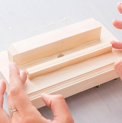 Nghịch gỗ chế khung đa năng: Vừa sạc điện thoại, vừa treo chìa khoá - Ảnh 6.