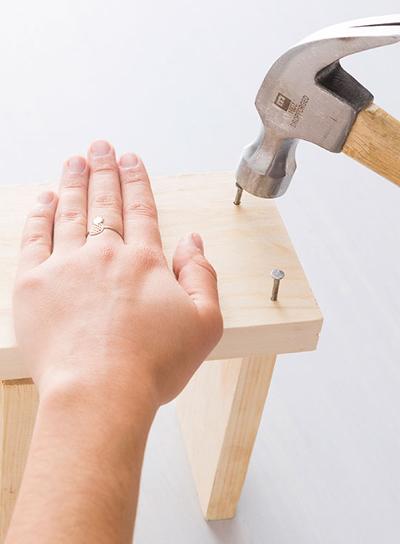 Nghịch gỗ chế khung đa năng: Vừa sạc điện thoại, vừa treo chìa khoá - Ảnh 7.