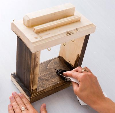 Nghịch gỗ chế khung đa năng: Vừa sạc điện thoại, vừa treo chìa khoá - Ảnh 9.