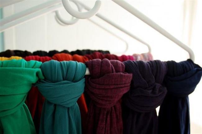 Bạn vắt tất cả khăn vào chung một chiếc móc, có thể thắt nút đơn giản lại để cố định nhé!