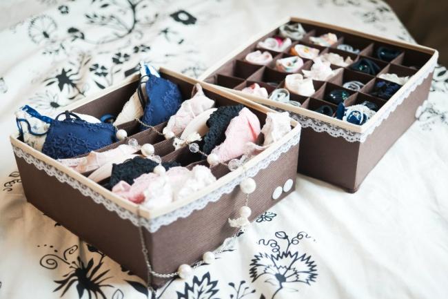 Các bạn có thể mua những chiếc hộp đựng đồ lót chuyên dụng hoặc tận dùng những chiếc hộp có sẵn trong nhà nhé!