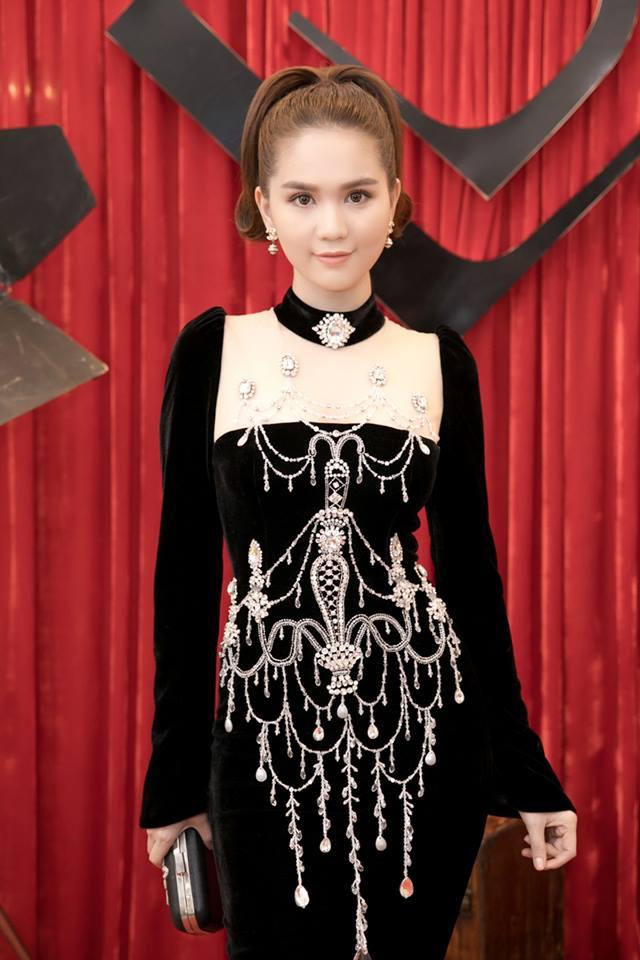 Chiếc đầm già như mợ của Ngọc Trinh bị nghi lấy cảm hứng từ Moschino - Ảnh 1.