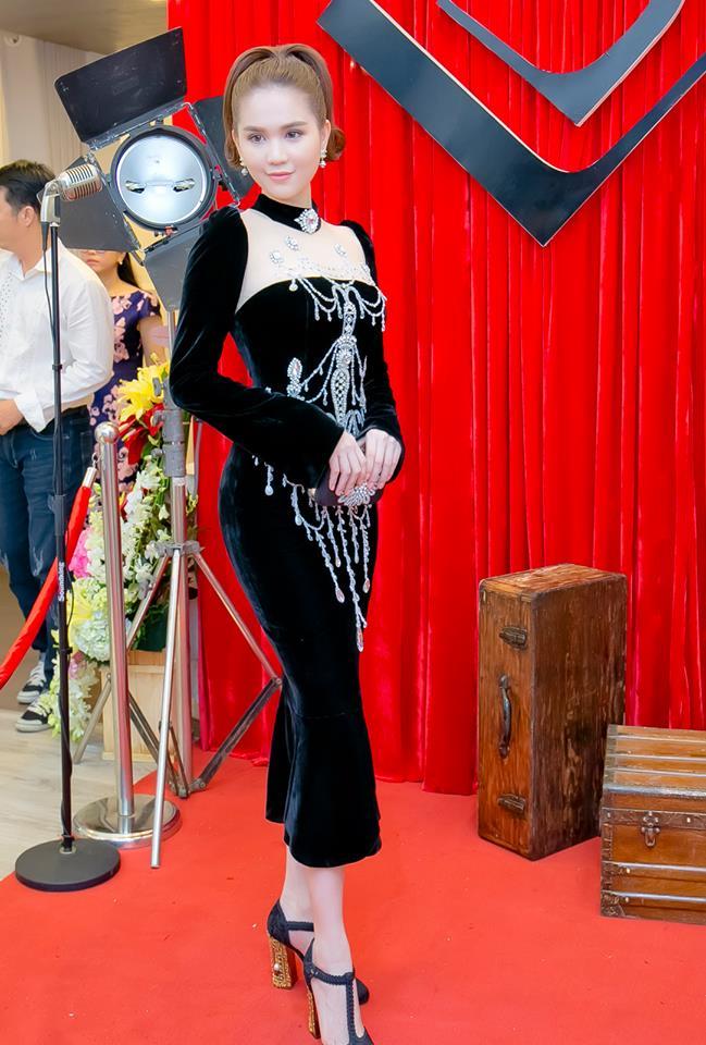 Chiếc đầm già như mợ của Ngọc Trinh bị nghi lấy cảm hứng từ Moschino - Ảnh 2.
