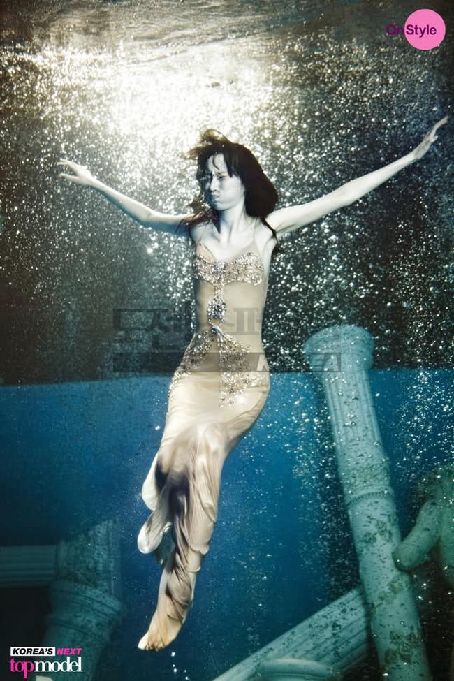 Next Top Model: Không phải cứ chụp ảnh dưới nước là trở thành thảm họa như ở Việt Nam! - Ảnh 3.