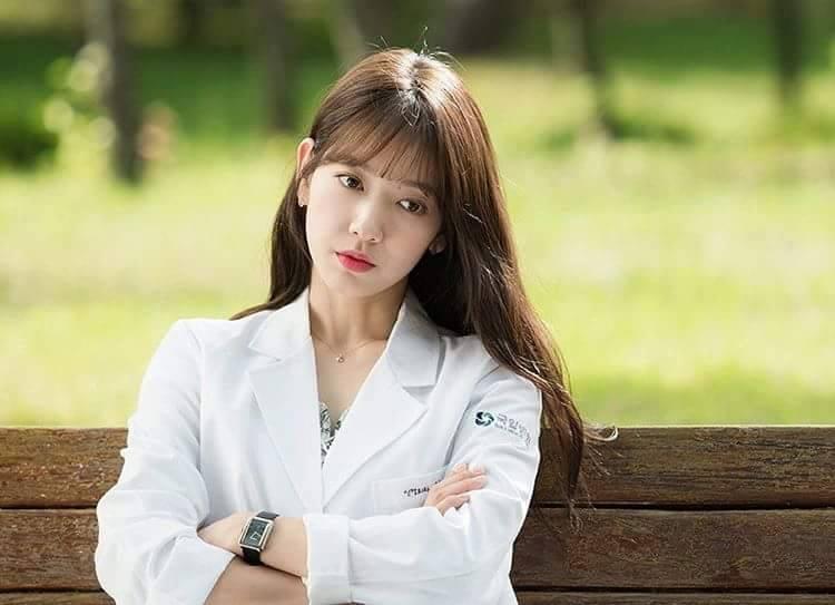 Park Shin Hye cực xinh tươi trong phục trang y sĩ - Ảnh 1.