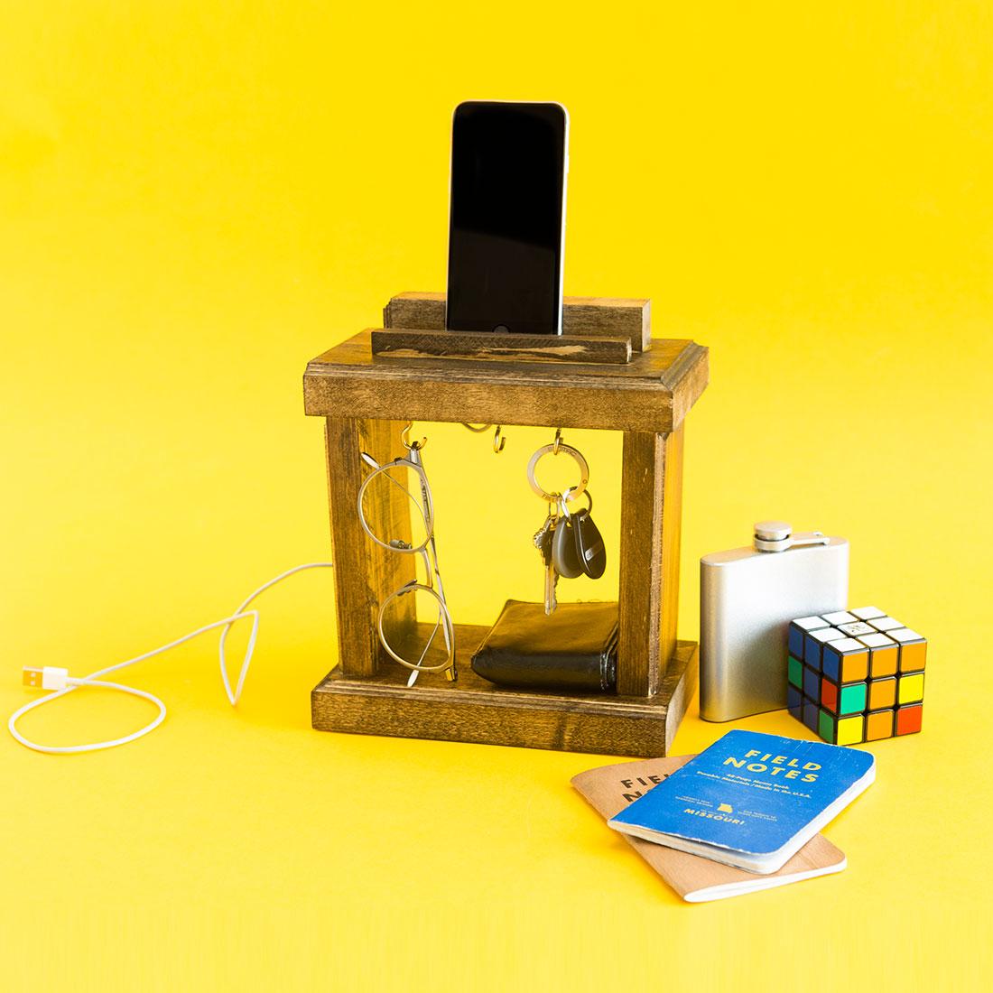 Nghịch gỗ chế khung đa năng: Vừa sạc điện thoại, vừa treo chìa khoá - Ảnh 11.