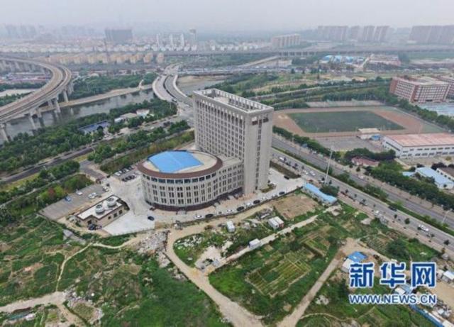 Trường Đại học Trung Quốc mới xây trông y hệt cái bồn cầu - Ảnh 1.