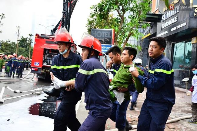 Clip lính cứu hỏa chìm trong khói lửa mịt mù ở Hà Nội - Ảnh 16.