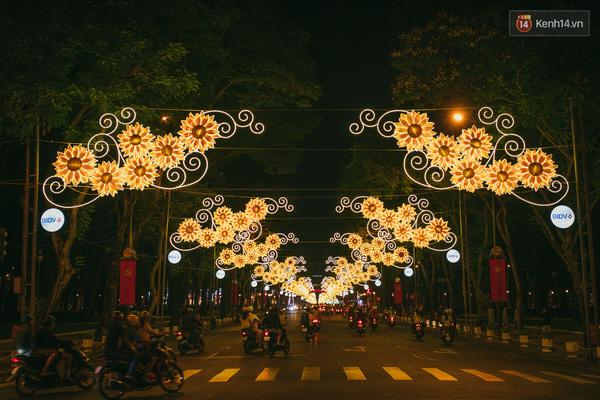 Sài Gòn đã thay đổi cách trang trí đường phố dịp Tết như thế nào trong 5 năm qua? - Ảnh 13.