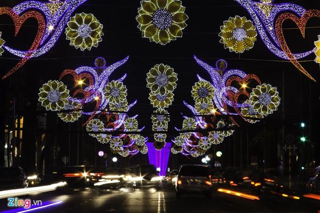 Sài Gòn đã thay đổi cách trang trí đường phố dịp Tết như thế nào trong 5 năm qua? - Ảnh 11.