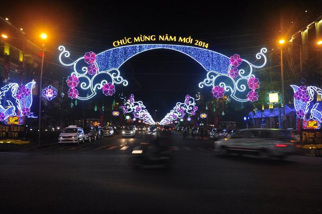 Sài Gòn đã thay đổi cách trang trí đường phố dịp Tết như thế nào trong 5 năm qua? - Ảnh 5.