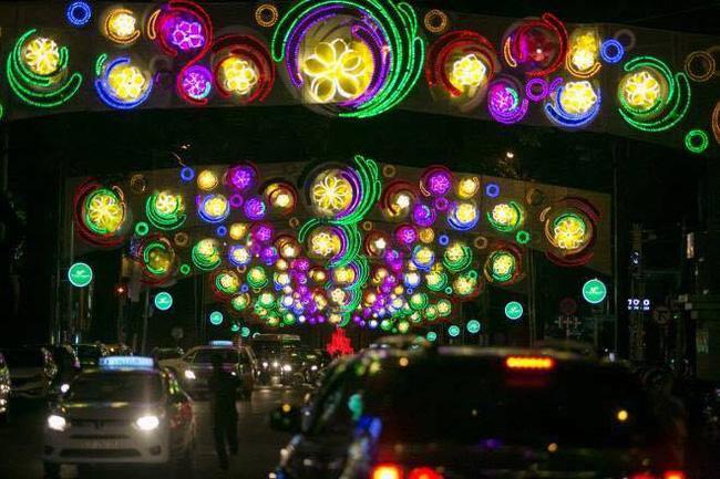 Sài Gòn đã thay đổi cách trang trí đường phố dịp Tết như thế nào trong 5 năm qua? - Ảnh 20.