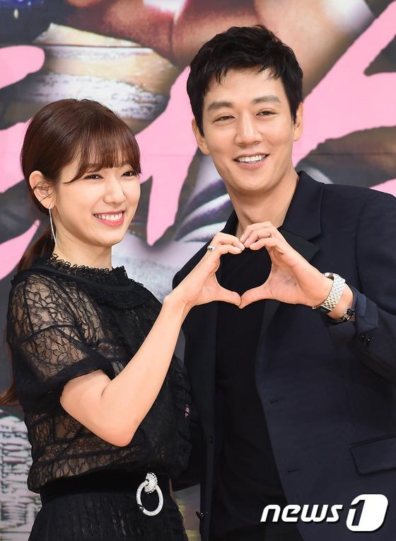 Bị dìm chiều cao bên người đẹp Cheese in the trap, Park Shin Hye vẫn xinh như công chúa - Ảnh 15.
