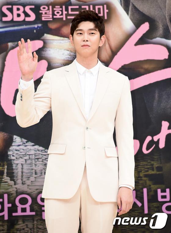 Bị dìm chiều cao bên người đẹp Cheese in the trap, Park Shin Hye vẫn xinh như công chúa - Ảnh 16.