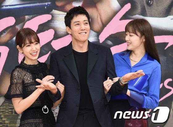 Bị dìm chiều cao bên người đẹp Cheese in the trap, Park Shin Hye vẫn xinh như công chúa - Ảnh 18.