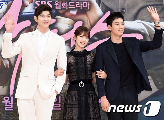 Bị dìm chiều cao bên người đẹp Cheese in the trap, Park Shin Hye vẫn xinh như công chúa - Ảnh 19.