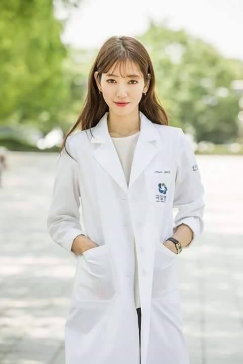 Park Shin Hye cực xinh tươi trong phục trang y sĩ - Ảnh 2.