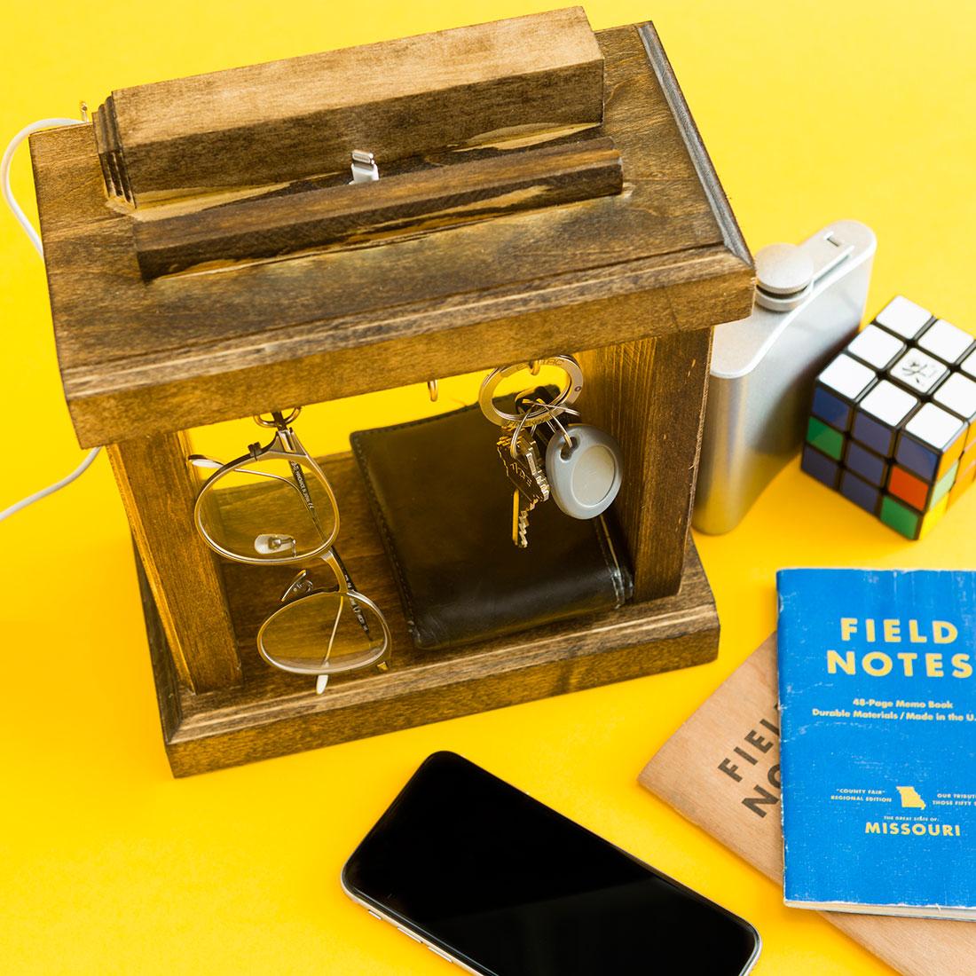 Nghịch gỗ chế khung đa năng: Vừa sạc điện thoại, vừa treo chìa khoá - Ảnh 12.
