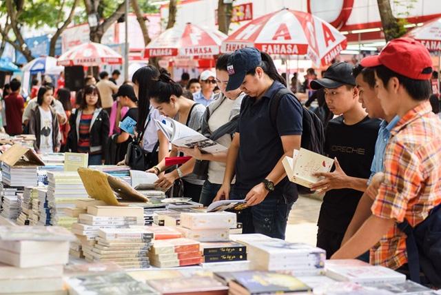 Văn hóa đọc của người trẻ Việt đang chết chìm trong những tác phẩm ngôn tình 3 xu? - Ảnh 2.