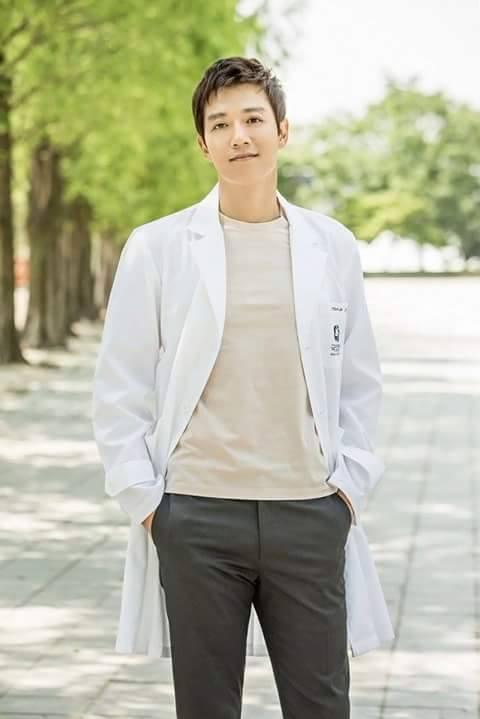 Park Shin Hye cực xinh tươi trong phục trang y sĩ - Ảnh 3.