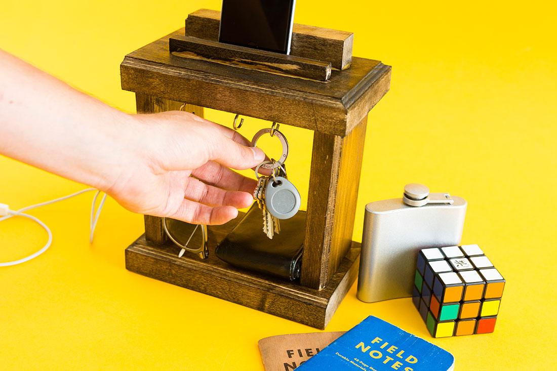 Nghịch gỗ chế khung đa năng: Vừa sạc điện thoại, vừa treo chìa khoá - Ảnh 13.