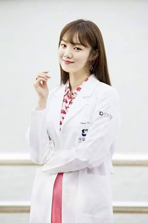 Park Shin Hye cực xinh tươi trong phục trang y sĩ - Ảnh 4.