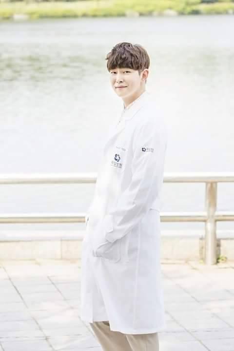 Park Shin Hye cực xinh tươi trong phục trang y sĩ - Ảnh 5.