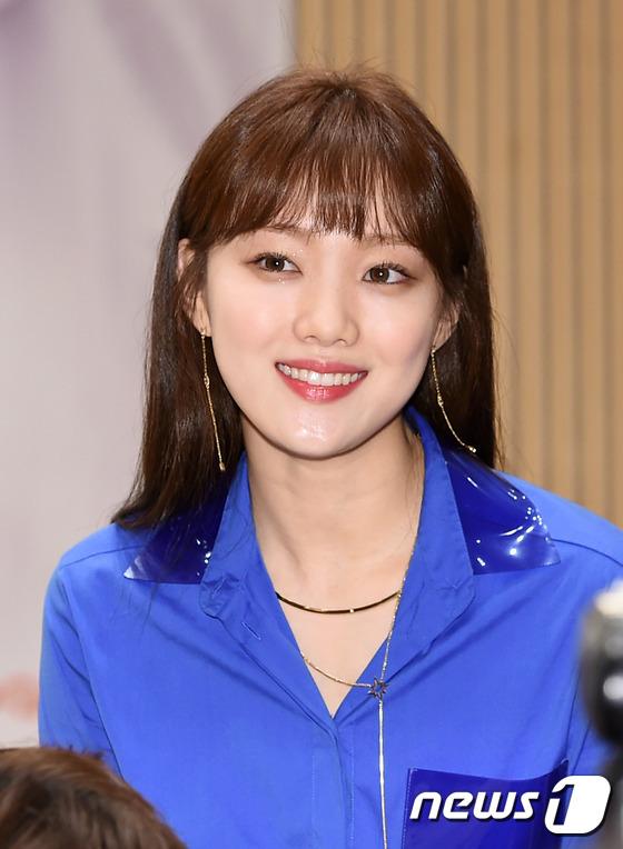 Bị dìm chiều cao bên người đẹp Cheese in the trap, Park Shin Hye vẫn xinh như công chúa - Ảnh 8.
