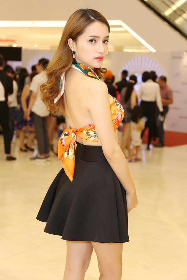 Phục sát đất tài biến khăn thành váy áo của sao Việt - Ảnh 6.