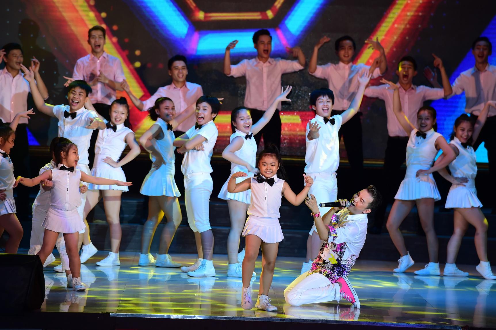 Quán quân Idol Kids Hồ Văn Cường theo chân ủng hộ mẹ nuôi Phi Nhung - Ảnh 20.