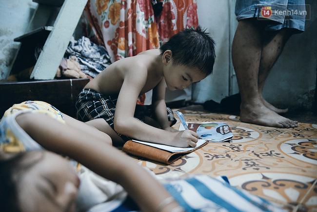 Đôi mắt màu xanh kỳ lạ của hai anh em câm điếc bán vé số nơi xóm nghèo Sài Gòn - Ảnh 8.