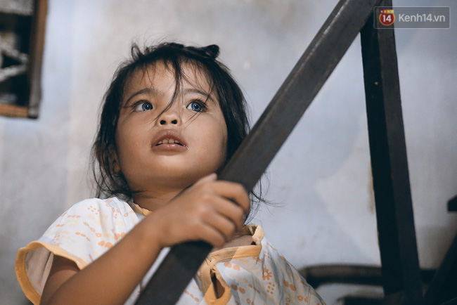 Đôi mắt màu xanh kỳ lạ của hai anh em câm điếc bán vé số nơi xóm nghèo Sài Gòn - Ảnh 15.