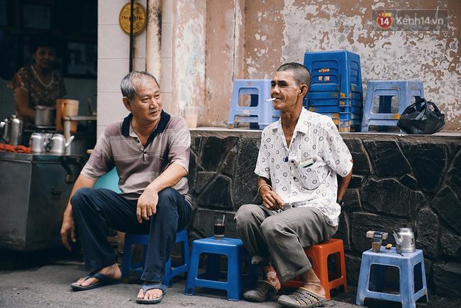 Quán cafe đúng kiểu Sài Gòn xưa, hơn nửa thế kỉ qua mỗi năm chỉ đóng cửa 10 phút... - Ảnh 11.