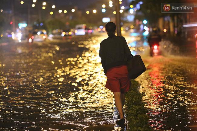 Khổ như dân công sở Sài Gòn ngày mưa lịch sử: cước Uber tăng gấp 5, 10h đêm vẫn chờ nước rút - Ảnh 6.