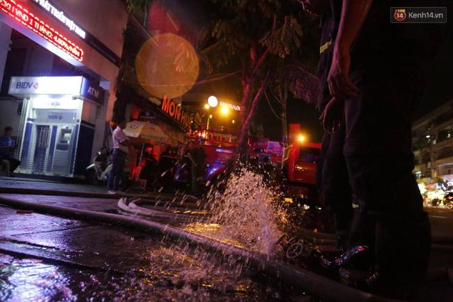 Cảnh sát phòng cháy chữa cháy hút nước ngập trong hầm xe trên đường Phan Xích Long - Ảnh 4.