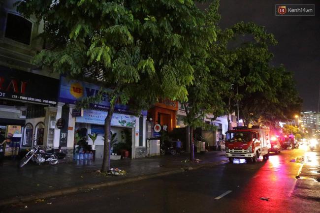 Cảnh sát phòng cháy chữa cháy hút nước ngập trong hầm xe trên đường Phan Xích Long - Ảnh 6.