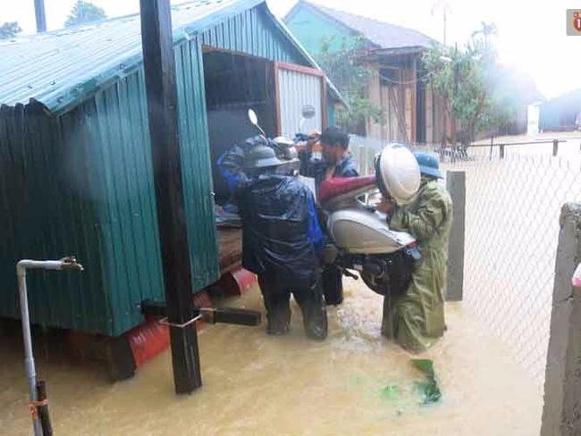 Chùm ảnh: Những hình ảnh nhói lòng về mưa lũ kinh hoàng ở miền Trung - Ảnh 9.