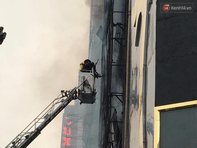 Clip lính cứu hỏa chìm trong khói lửa mịt mù ở Hà Nội - Ảnh 14.