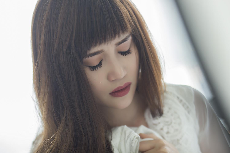 Sĩ Thanh khóc hết nước mắt trong MV do chính mình đạo diễn - Ảnh 13.