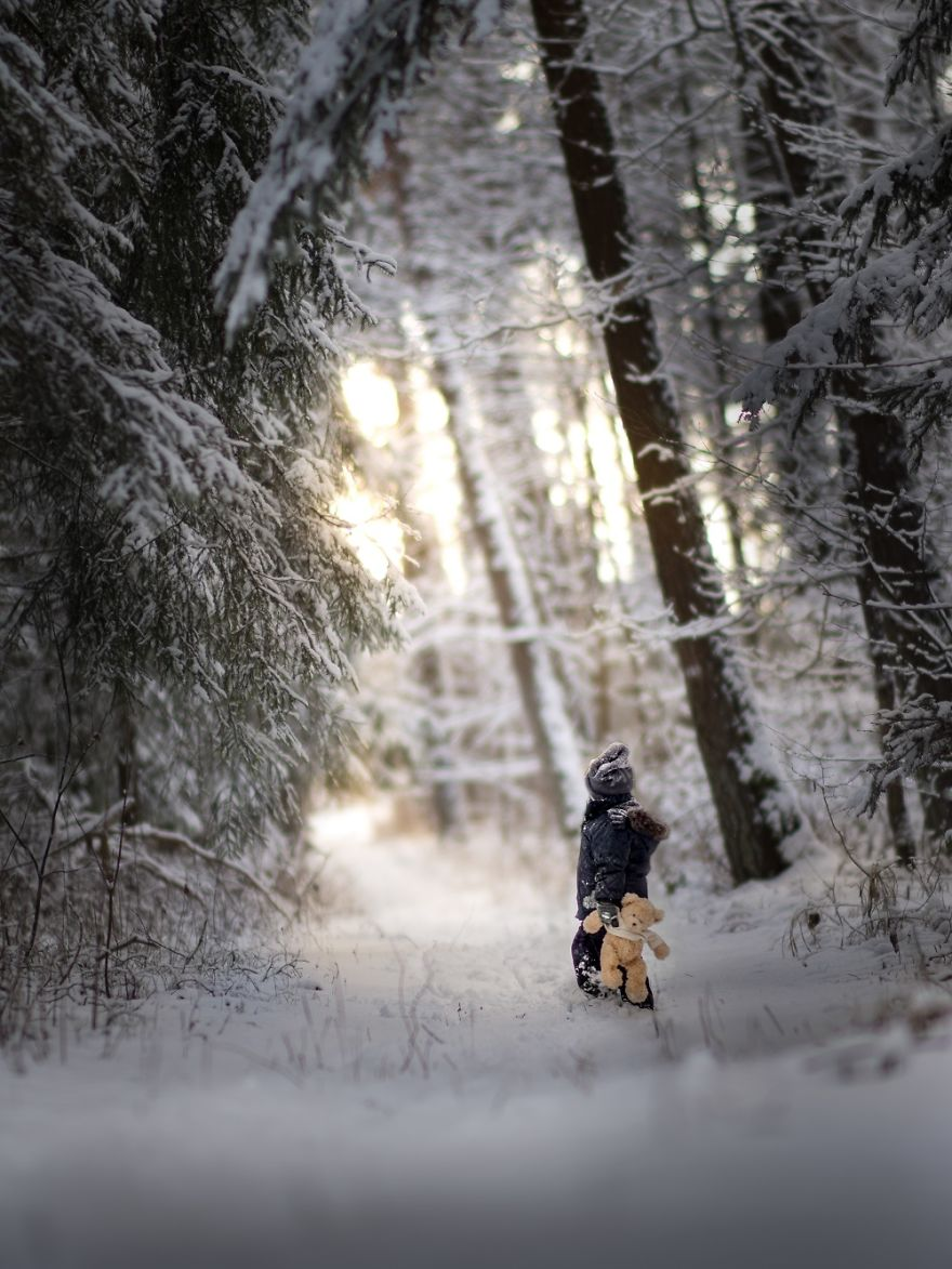 Ngắm nhìn những em bé mùa đông đáng yêu giữa bầu trời tuyết rơi - Ảnh