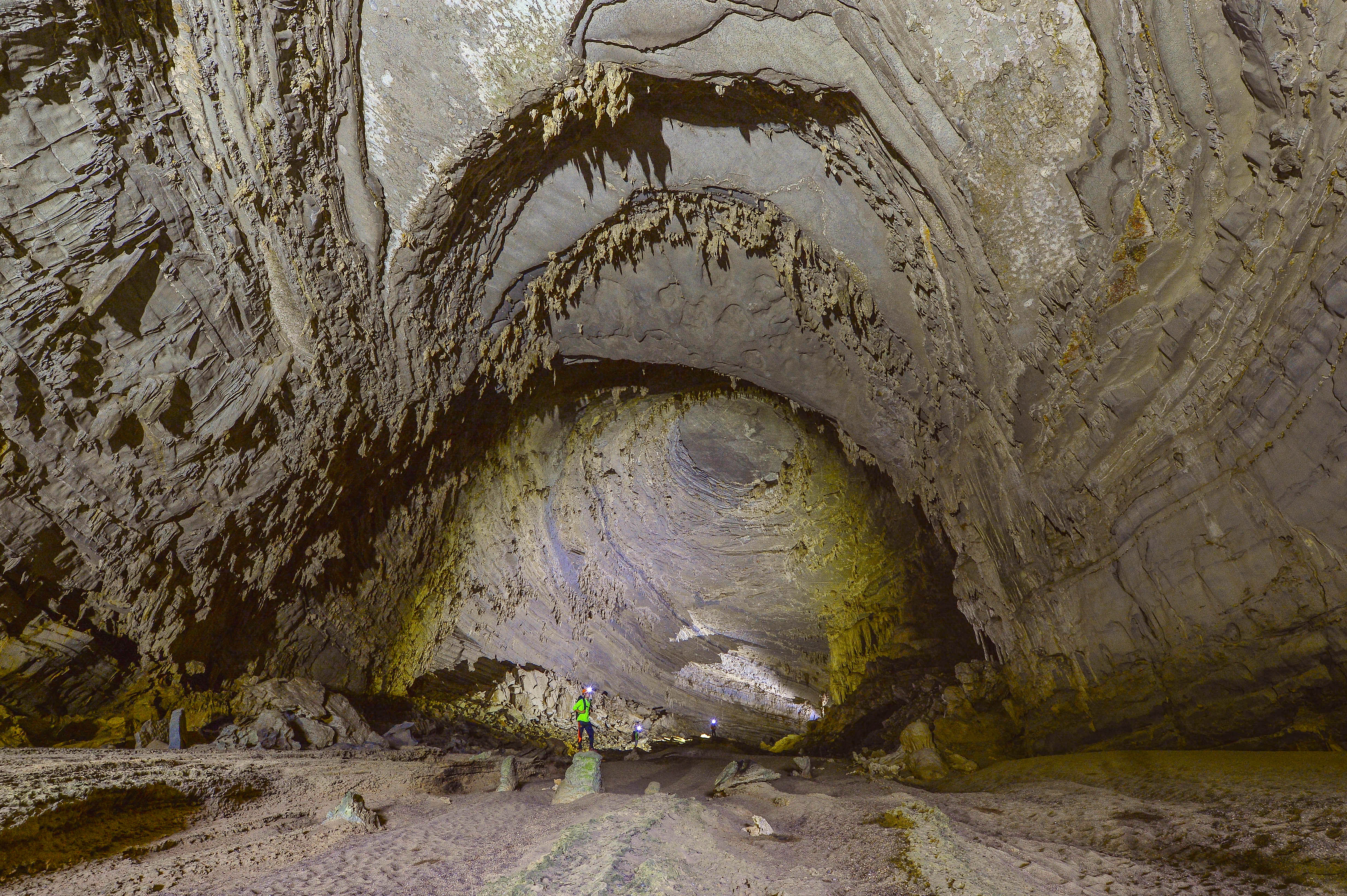 Không chỉ Sơn Đoòng, Quảng Bình còn có một hang động khác hoang sơ và đẹp đến ngạt thở! - Ảnh 15.