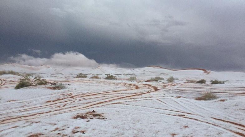 Tuyết bất ngờ rơi giữa sa mạc khô cằn ở Ả Rập - Ảnh 1.