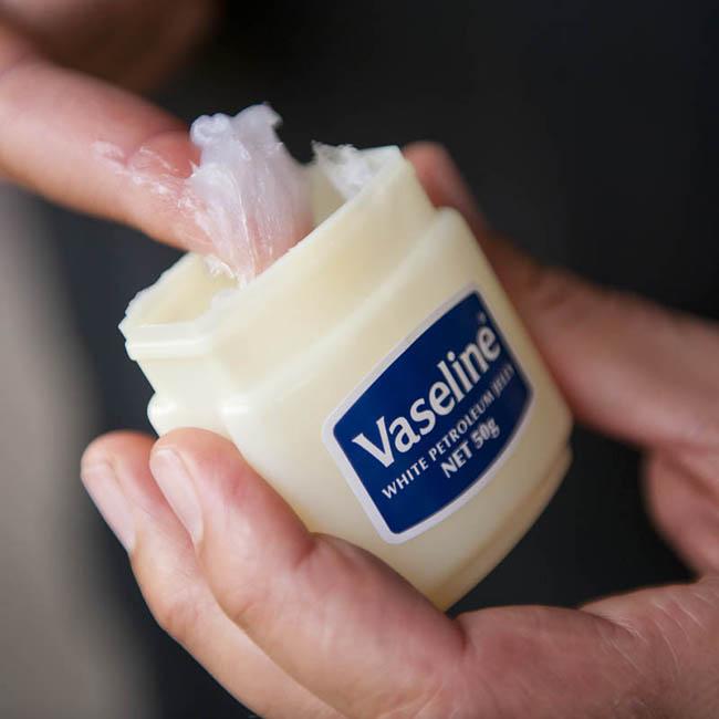 Mách nhỏ 16 công dụng thần thánh của Vaseline có thể bạn chưa biết - Ảnh 2.