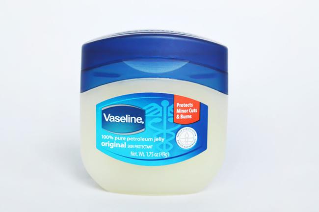 Mách nhỏ 16 công dụng thần thánh của Vaseline có thể bạn chưa biết - Ảnh 9.