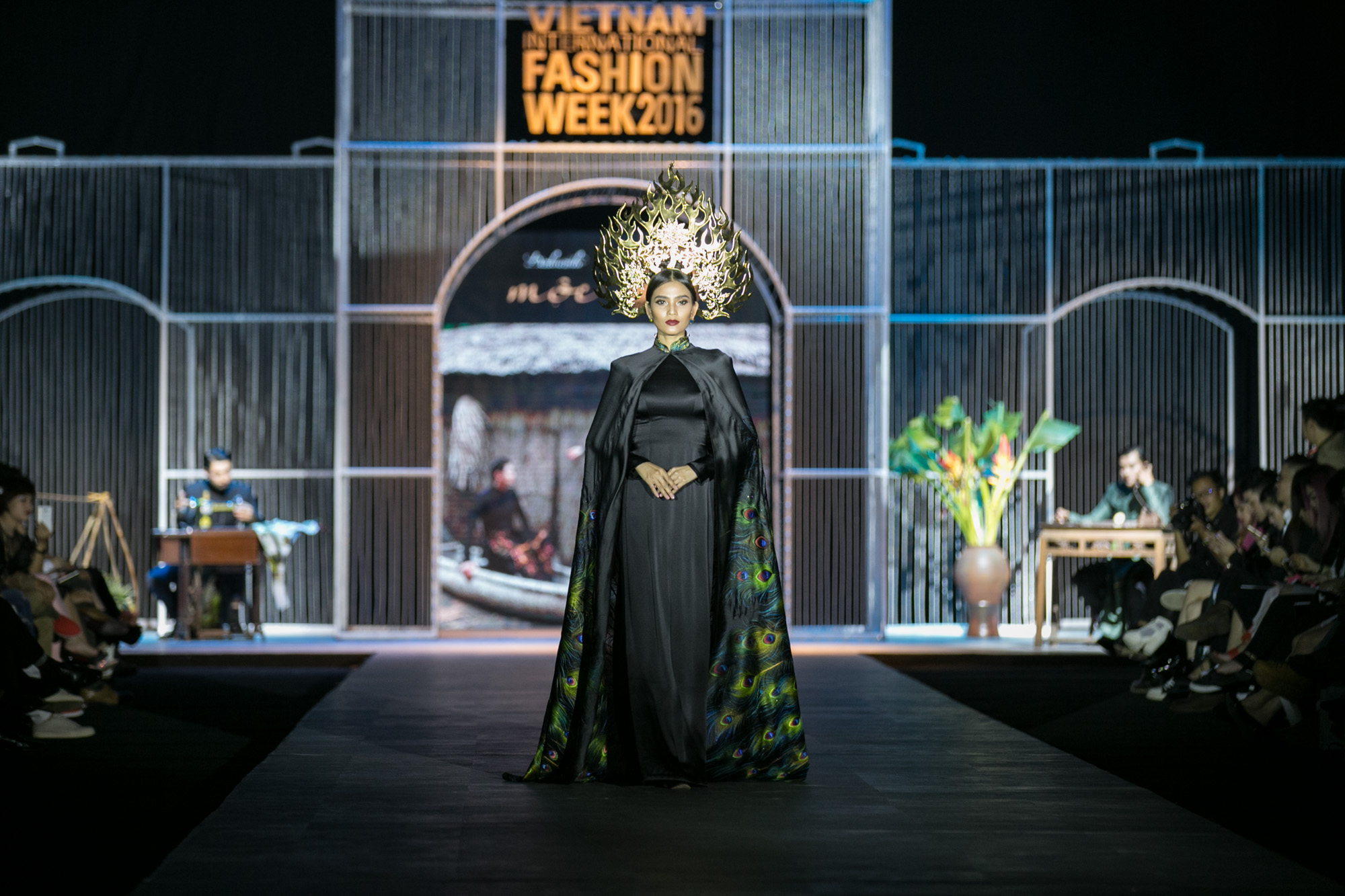 Chi Pu kiêu kì dắt cún trình diễn thời trang trên sàn diễn VIFW - Ảnh 82.