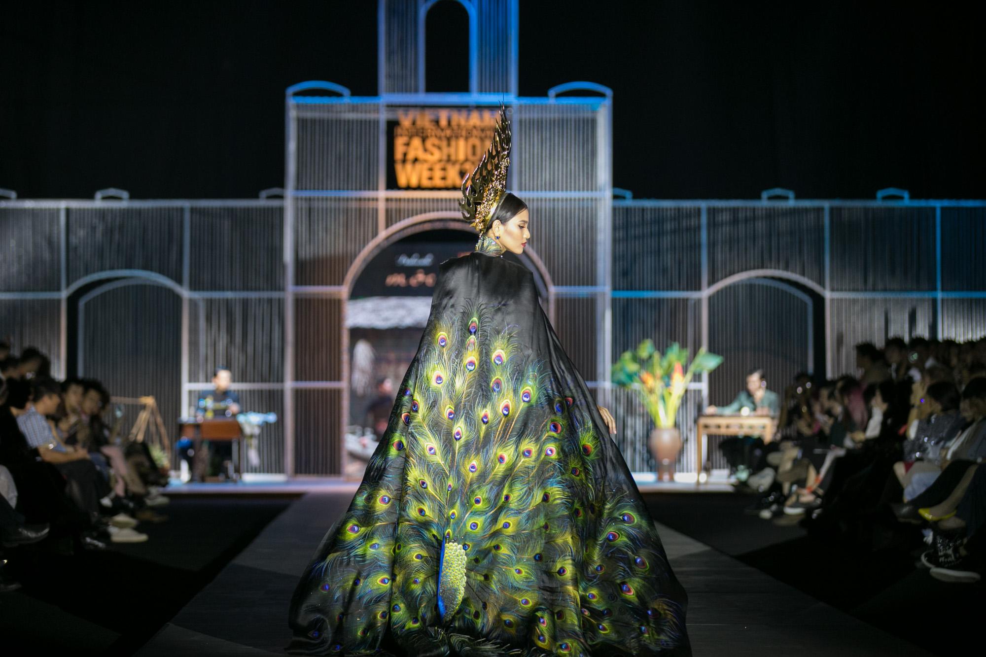 Chi Pu kiêu kì dắt cún trình diễn thời trang trên sàn diễn VIFW - Ảnh 83.